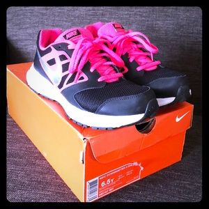 Nike youth downshifter 6 size 6.5 black & pink EUC